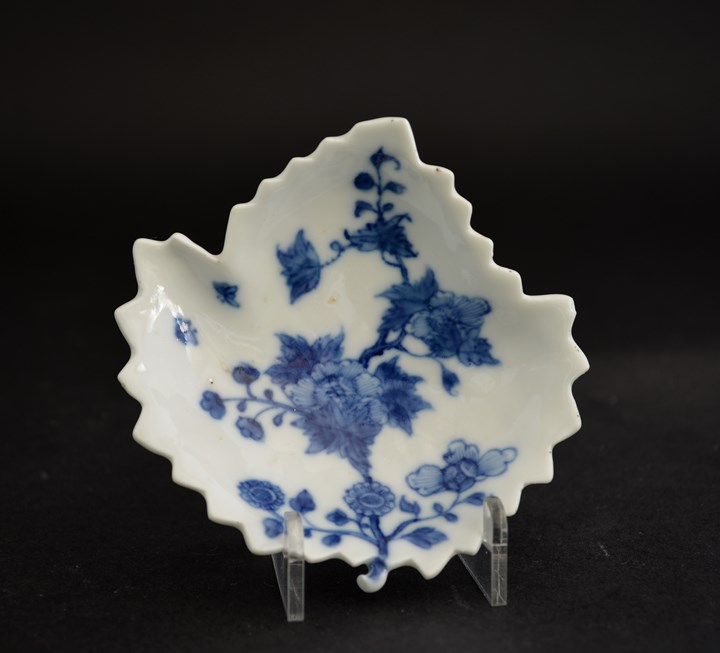 "Rare small dish in porcelain ""blue and white"" leaf shape"