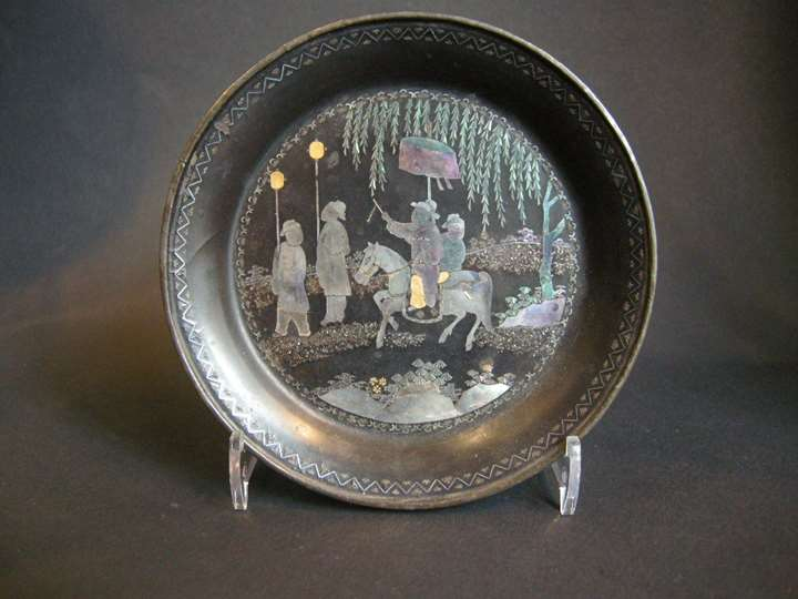 "Small Chinese tray circular in ""lac burgauté"" inlaid mother of pearl and gold"