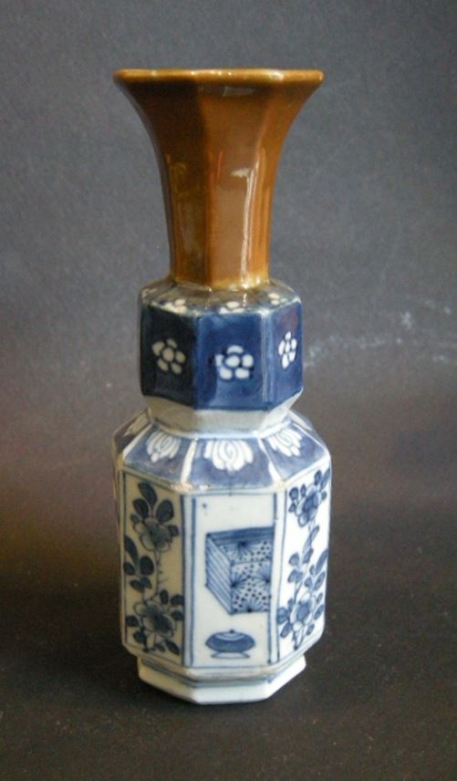 "Small vase octagonal porcelain ""blue and white"" the neck enamelled Brown - Kangxi period 