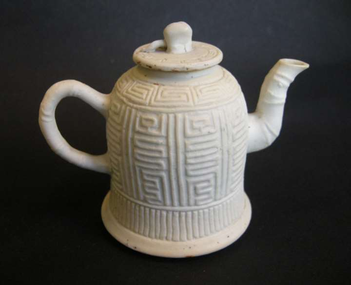 Small winepot in biscuit with Shou character decor