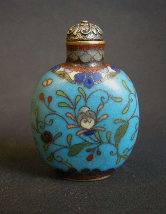 Snuff bottle in cloisonné enamel decorated with flowers