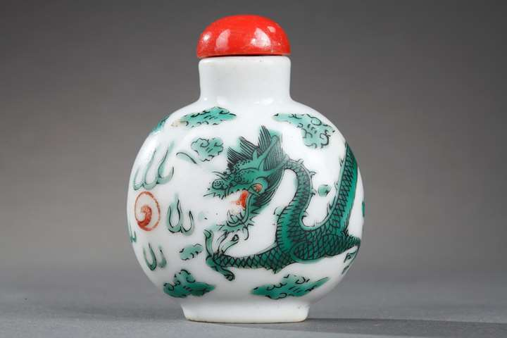 Snuff bottle porcelain decorated with a green Dragon