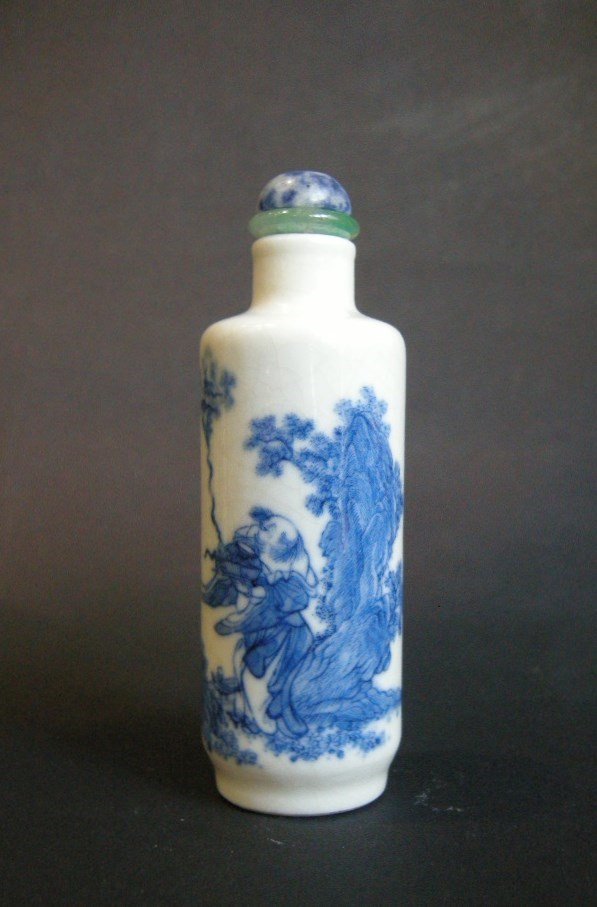"Superb snuff bottle en porcelaine ""Soft past"" finely painting in underglaze blue with a Scholar in the Wind"