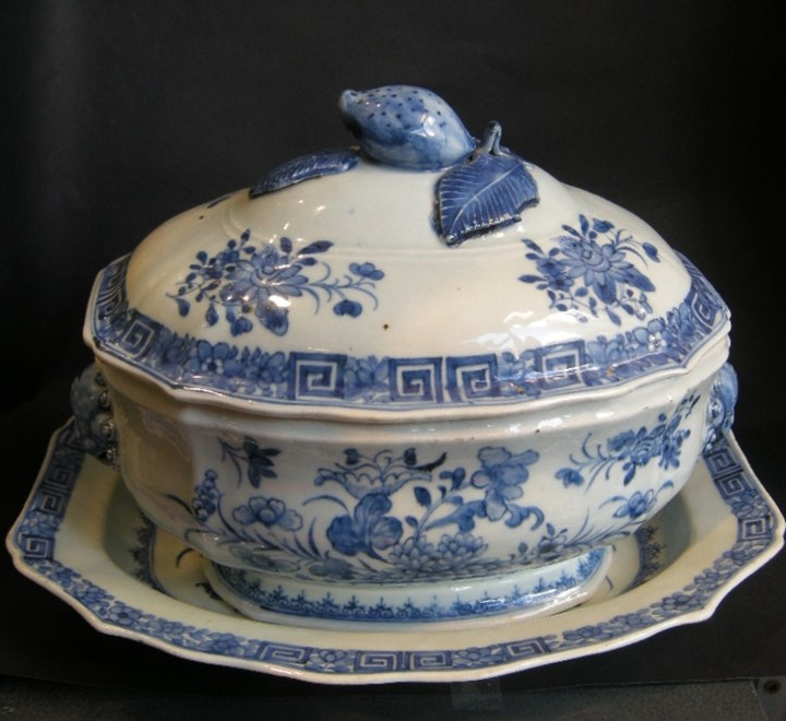 Tureen and stand porcelain with flowers decor - with on the cover a fruit shape and on the sides Fodog mask - Qianlong period   SOLD