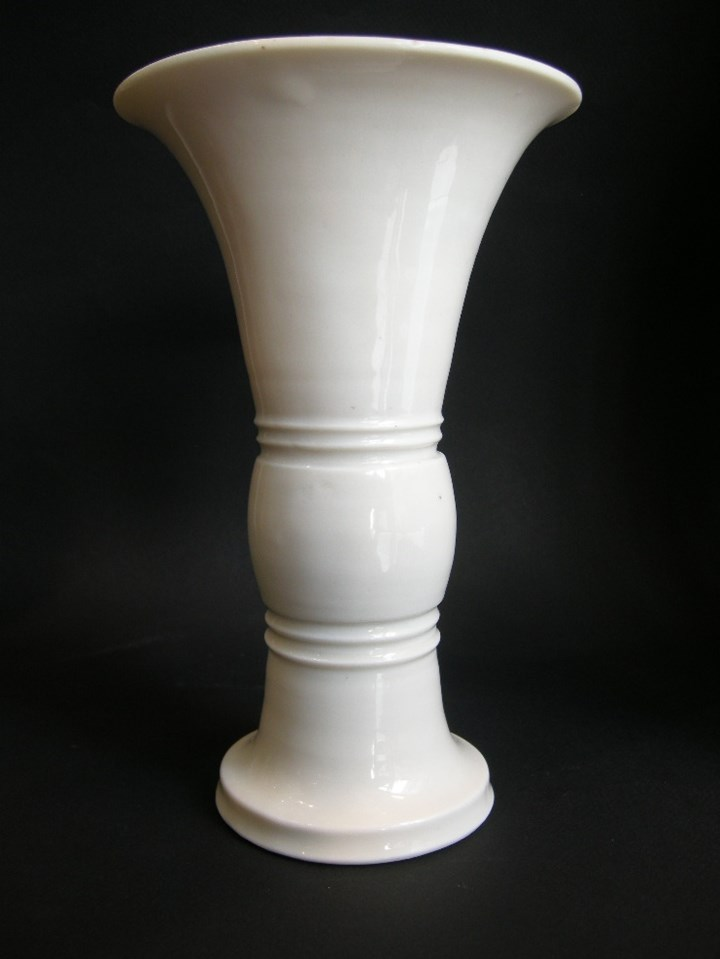 Vase of gu form