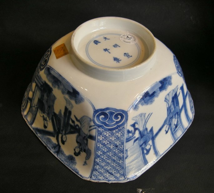 "Bowl quadrangular shape ""blue and white"" porcelain - decorated with figures in a pavillon and  figures and horse in landscape - Kangxi period 