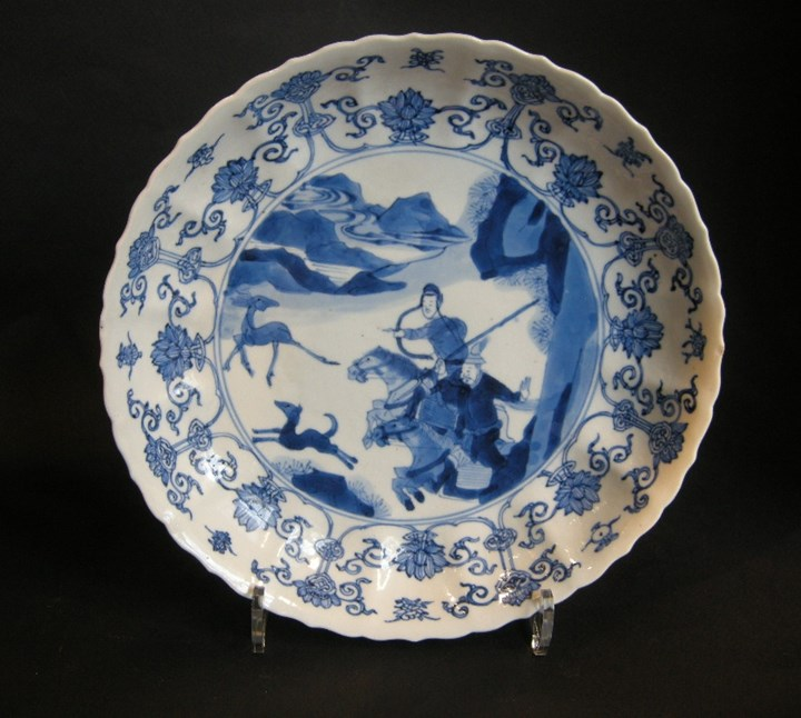 Dish porcelain blue and white decorated with hunting scene -  Kangxi period
