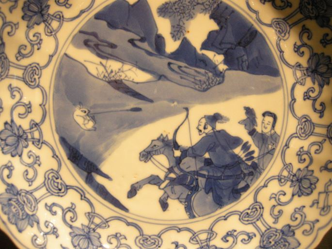 Dish porcelain blue and white decorated with hunting scene - Kangxi period | MasterArt