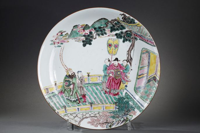Large dish porcelain Famille Rose with a decor figures and pavillon probably a roman scene | MasterArt