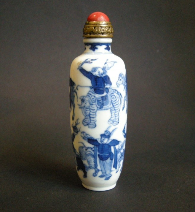 Nice porcelain snuff bottle blue and white with celebrated scene of the eight barbars with the tributes for the emperor