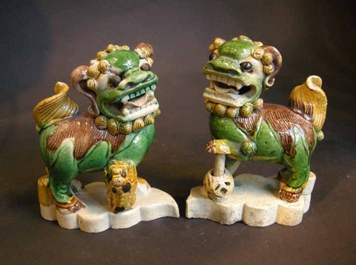 Pair of fo dogs incense stick-holder in famille verte biscuit - Kangxi period