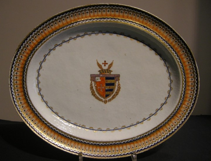 Porcelain dish ovale decorated with Portuguese Armorial of Joachim Pedro Quintela (1748/1817) Chinese export, Jiaqing period (1796/1820) - RESERVED