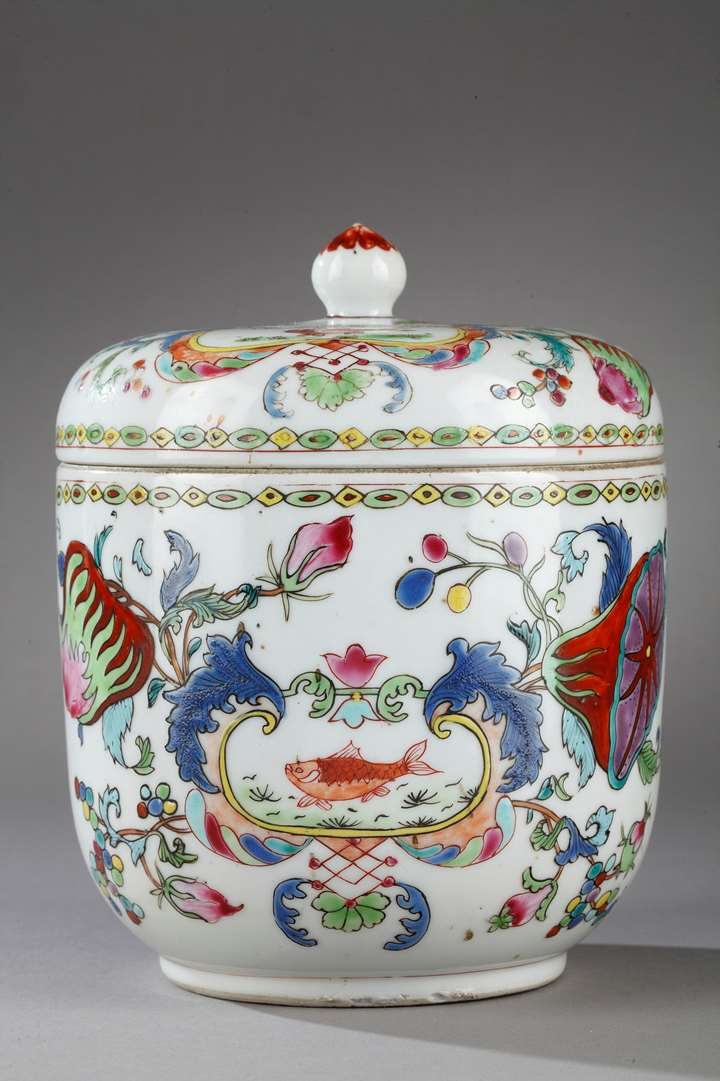 "Porcelain pot with cover ""famille rose"" decorated with famous decor of ""Madame la Marquise de Pompadour"""