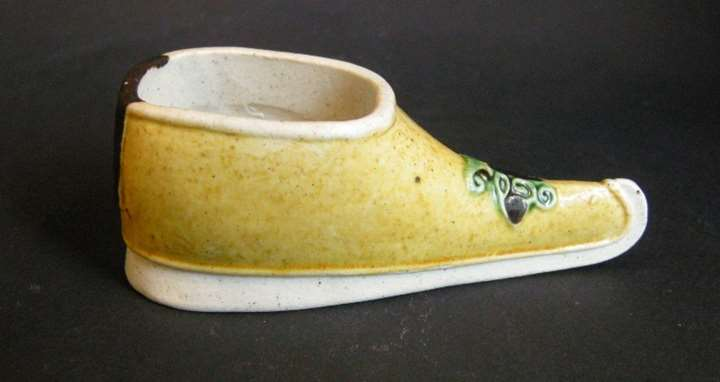 Small brushwasher biscuit shoes shape painted in yellow green and black - Kangxi period