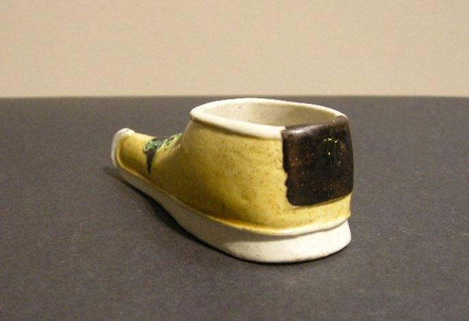 Small brushwasher biscuit shoes shape painted in yellow green and black - Kangxi period | MasterArt