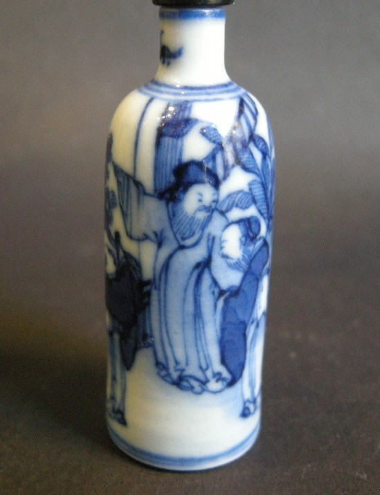 Small snuff bottle blue and white