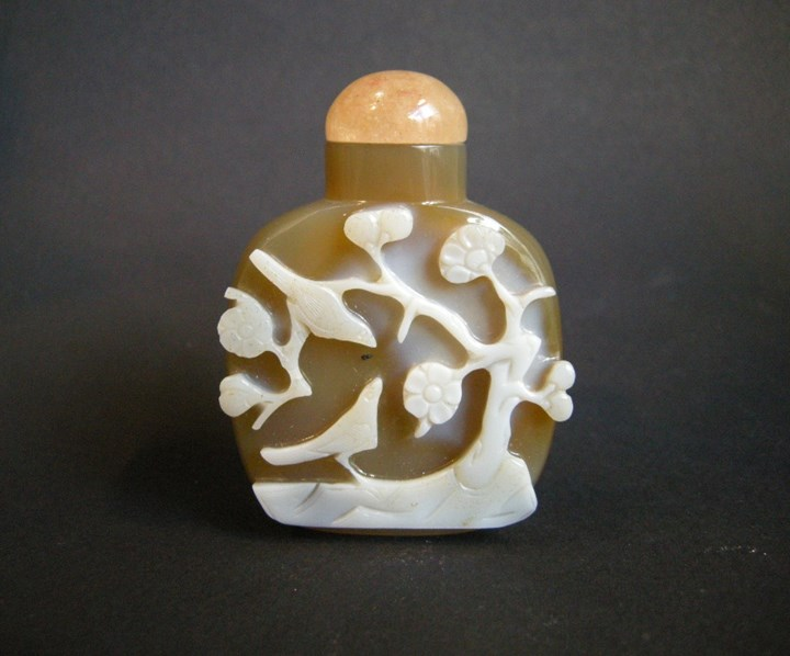 Snuff bottle agate sculpted in the white color with birds and flowers