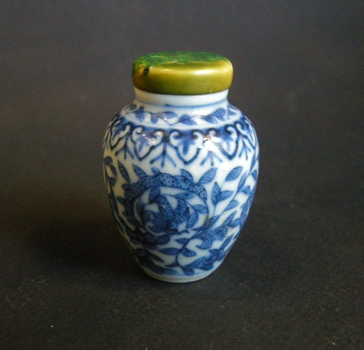 Snuff bottle blue and white porcelain
