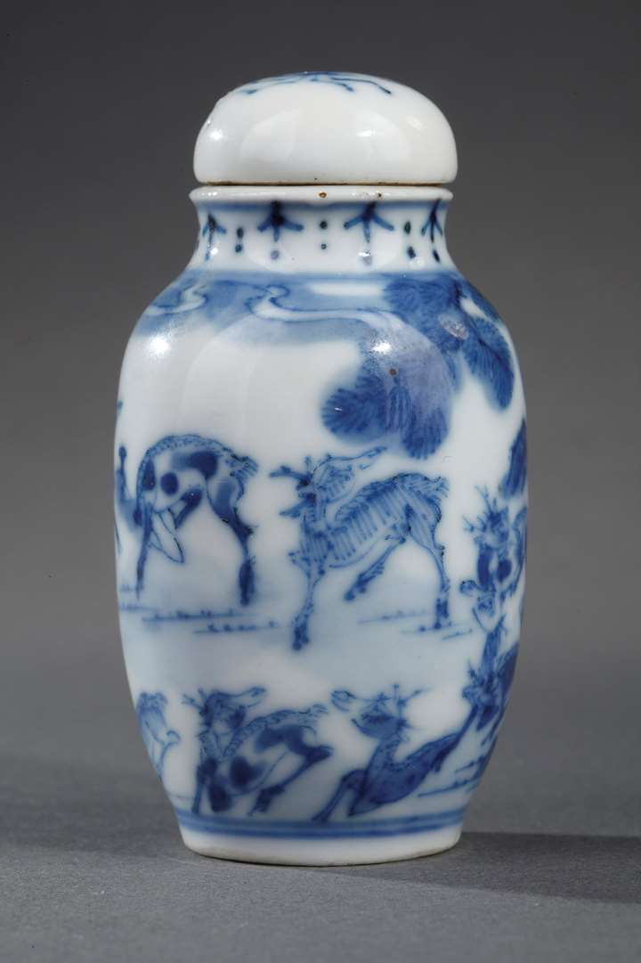 Snuff bottle blue and white porcelain decorated with deers in a landscape