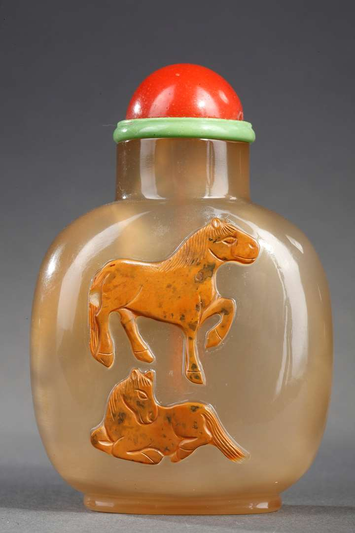 Snuff bottle cameo agate sculpted with two horses