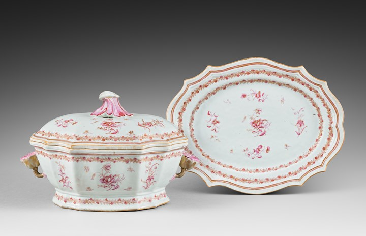 "Tureen and stand ""famille rose"" porcelain - the handles a flower shape - Qianlong period"