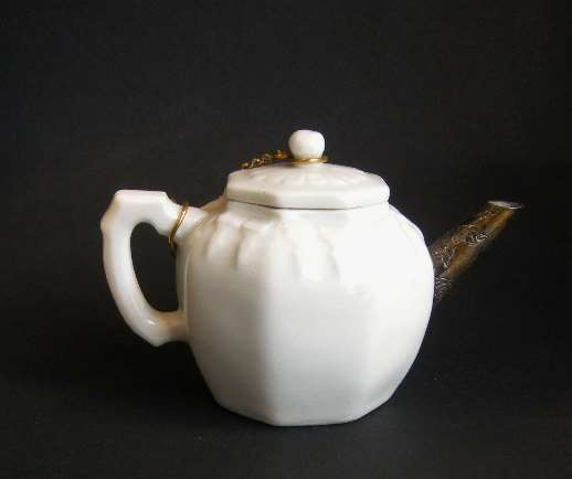 "Winepot ""blanc de chine"" porcelain"