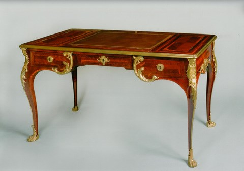 AN EXCEPTIONAL REGENCE ORMOLU MOUNTED SATINWOOD, AMARANTH AND PARQUETRY WRITING DESK