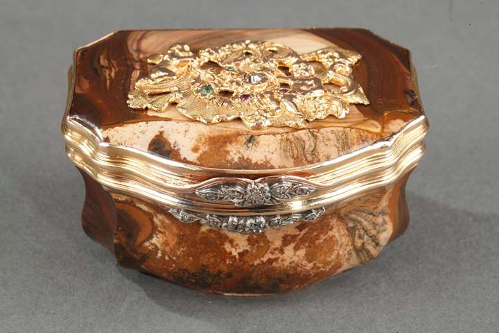 GOLD, AGATE, AND GEMSTONE SNUFFBOX