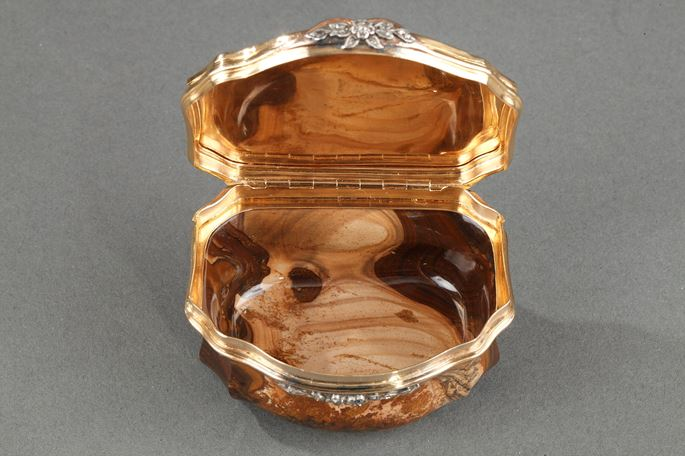 GOLD, AGATE, AND GEMSTONE SNUFFBOX | MasterArt