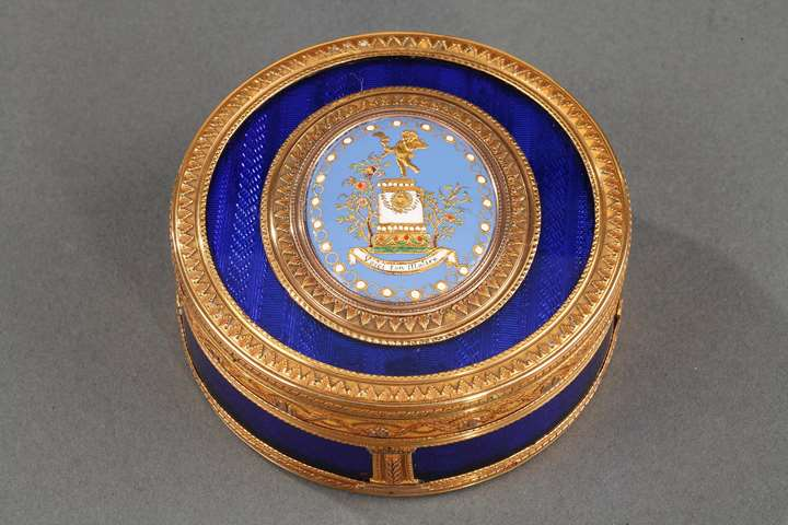 ROUND BONBONNIERE IN GOLD AND ENAMEL.FRENCH CRAFTSMANSHIP