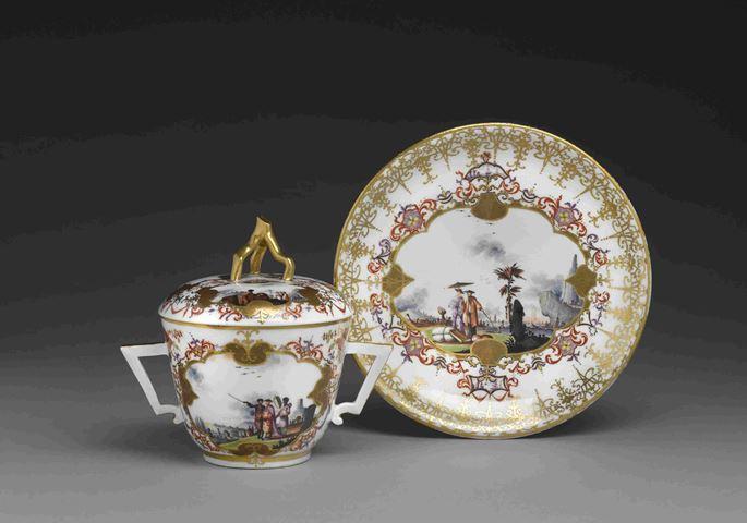 Johann Gregorius Höroldt - An écuelle with cover and présentoir with polychrome chinoiseries and gold decoration | MasterArt
