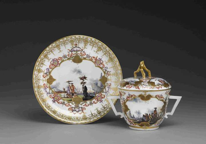 An écuelle with cover and présentoir with polychrome chinoiseries and gold decoration