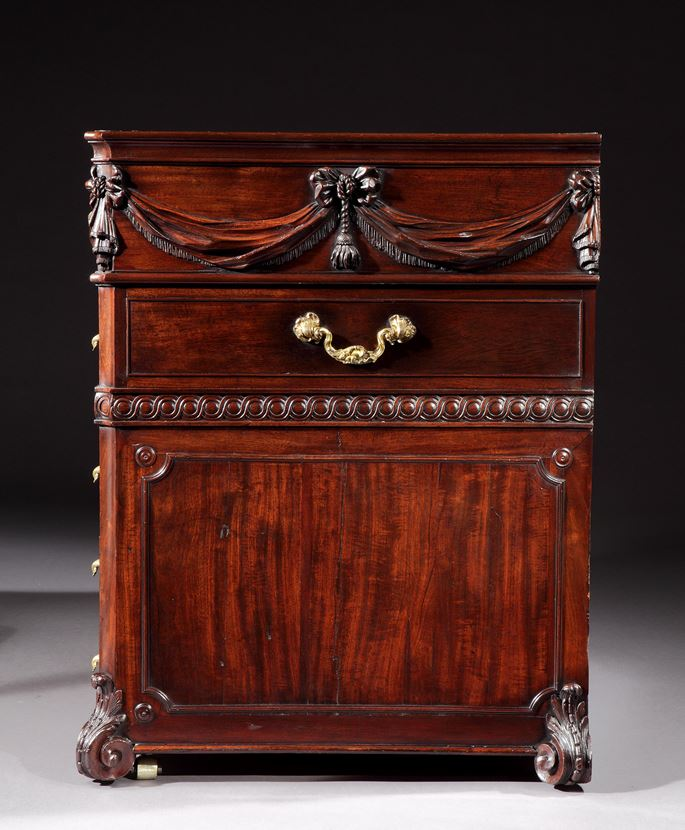 A GEORGE II MAHOGANY KNEEHOLE WRITING DESK | MasterArt