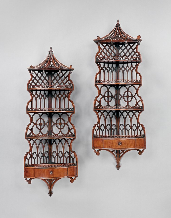A PAIR OF REGENCY MAHOGANY HANGING CORNER SHELVES