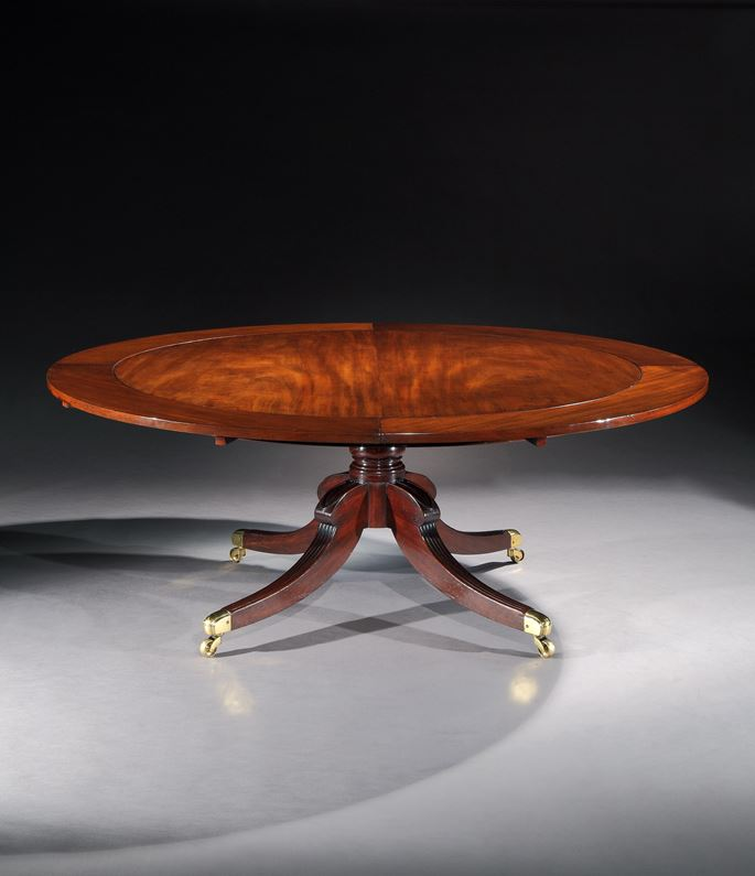A REGENCY MAHOGANY CIRCULAR EXTENDING DINING TABLE   | MasterArt