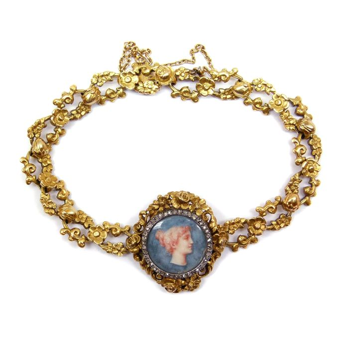 French gold bracelet with an enamel neoclassical profile | MasterArt