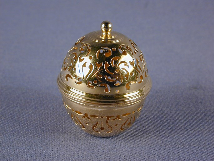 Jean Formey - Louis XVI pierced gold miniature sponge box in the form of a acorn | MasterArt