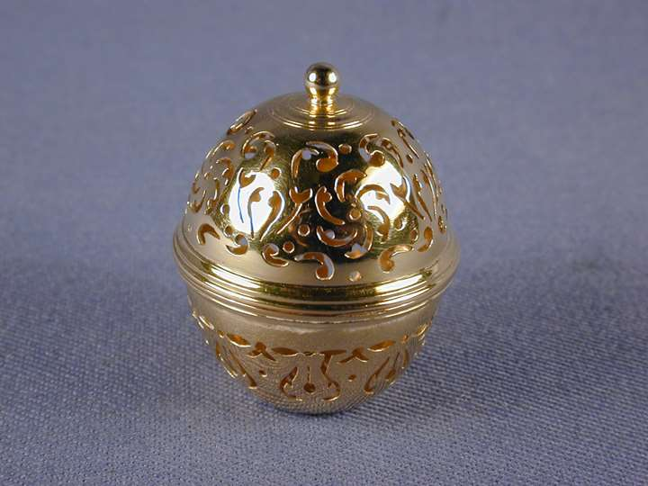 Louis XVI pierced gold miniature sponge box in the form of a acorn