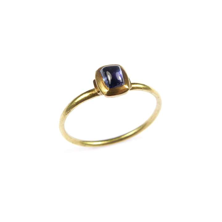 Medieval gold and cabochon sapphire finger ring