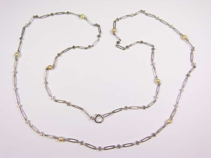 Oblong and quatrelobe link platinum chain and pearl necklace