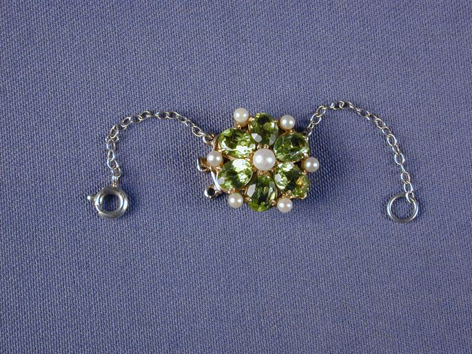 Peridot and pearl circular cluster snap with a central pearl and six oval peridots | MasterArt