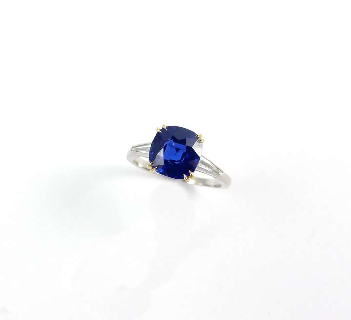 Single stone Ceylon sapphire ring, the cushion shaped stone 3.092ct,