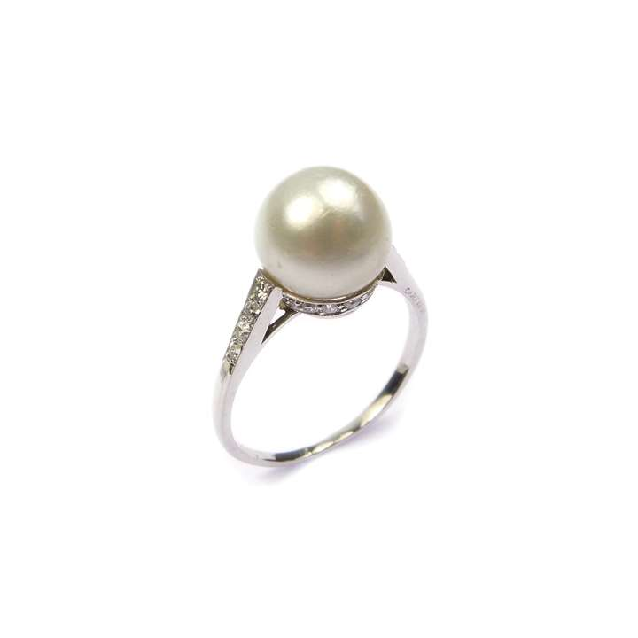 Single stone pearl and diamond ring