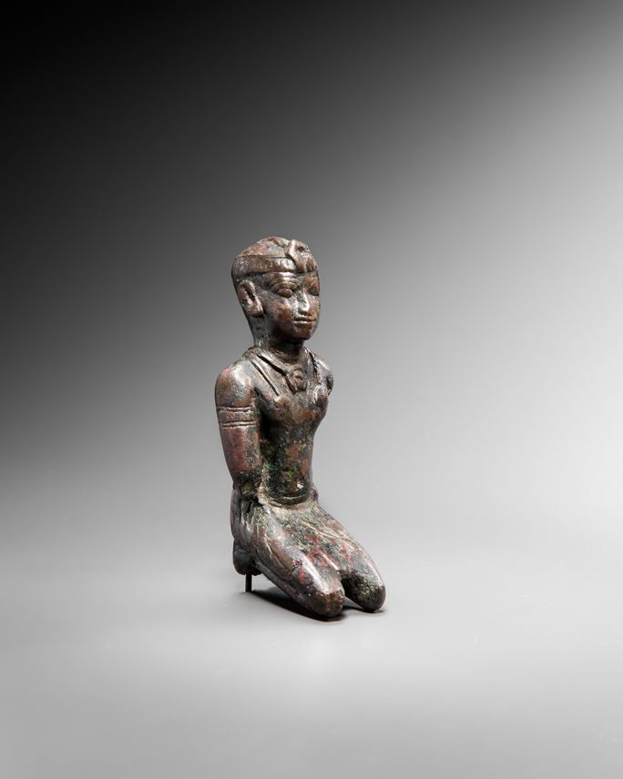 Statuette representing a black Pharaoh in a kneeling position  | MasterArt
