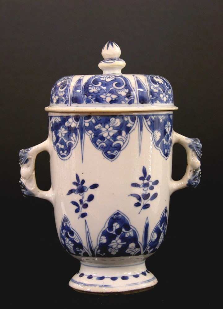 Two Handled Cup With Cover - Kangxi period