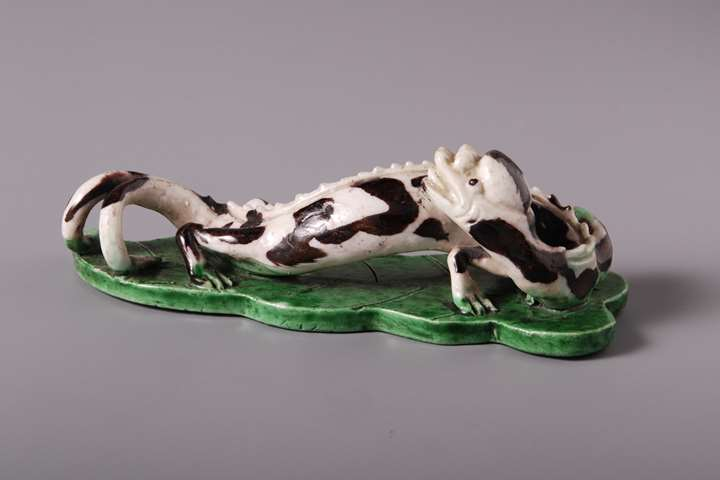Famille verte model of a Dragonon artemesia leaf - Kangxi period